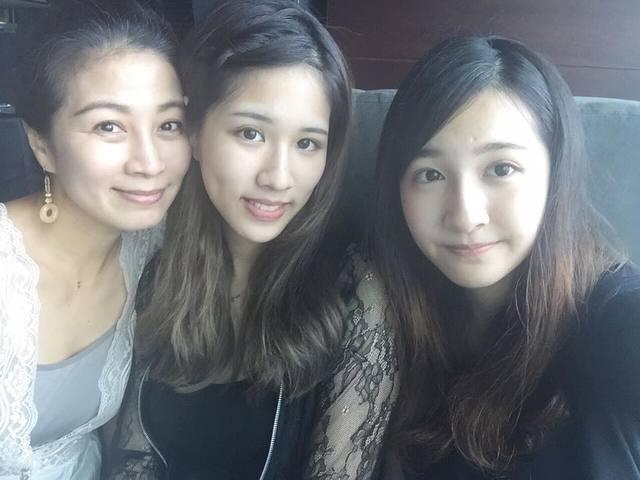 方文琳(左)和大女兒於齊優(中)、小女兒於齊薇(右)合照。(翻攝臉書)